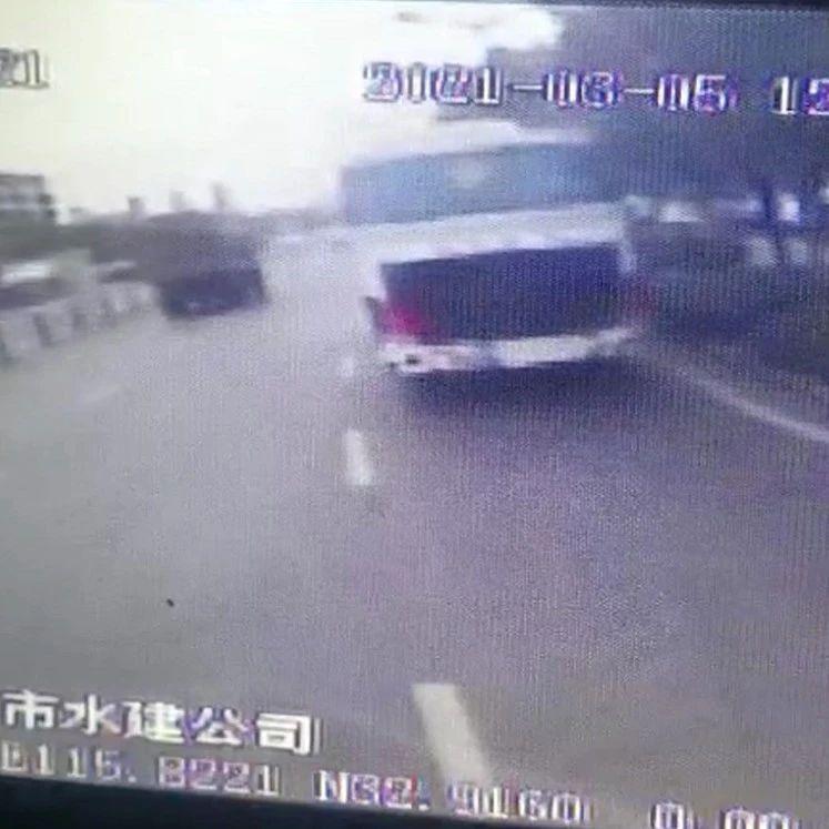 行驶中,阜阳一公交司机突然停车冲下车.....