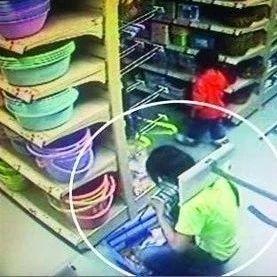 福彩3d胆码预测一女子在超市偷盗化妆品被抓!