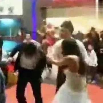 惊呆!一场婚礼来了俩新娘,两人当场厮打!众亲友懵了,该帮谁?最后...