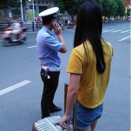 超暖心!粗心女孩下车忘拿背包,巴中交警帮忙找回