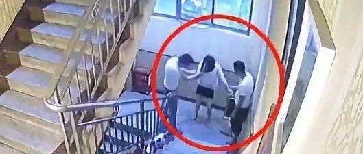 20岁女孩被拉拽掌掴后坠楼,警方:维持不立案决定