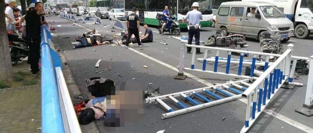我天!常州疯狂奔驰撞死多名路人,北京狠毒铲车活活烧死2人