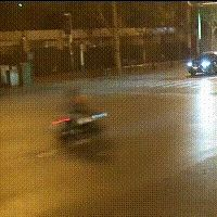 金寨快看这起车祸!寿春路与六安路交口3名年轻男女骑摩托被离奇撞飞!监控拍下...
