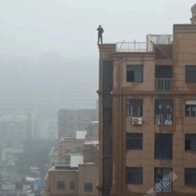 痛心!高三男生赌气站上18层楼顶,脚下突然坍塌…