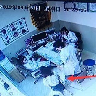 年轻姑娘一进医院就跪地,求免费做人流!手术后立马翻脸……