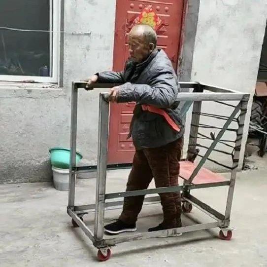 """河南小伙帮瘫痪父亲做""""康复车"""",陪父亲锻炼行走"""