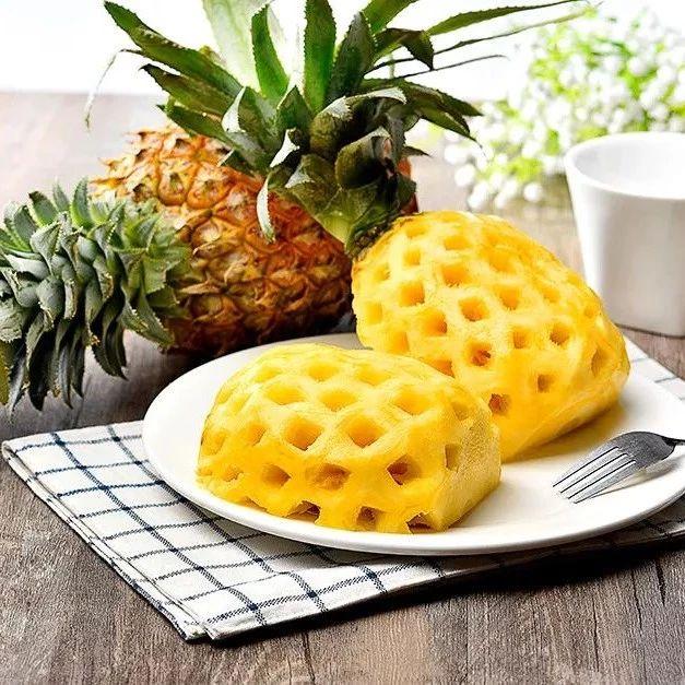 菠萝到底买带皮的还是去皮的?水果小贩说出实情...
