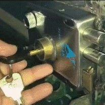 紧急提醒!晚上睡觉前,一定要在门里面插把钥匙!