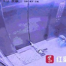 因为这个动作,电梯门直接炸了!很多人都有这种习惯