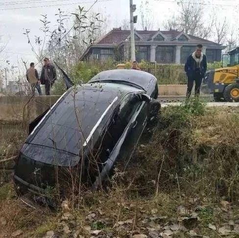分不清P和R,阜南一男子把车开到了坑里...