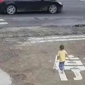 危险!危险!危险!丽水两名儿童在省道上来回穿梭,险被撞飞
