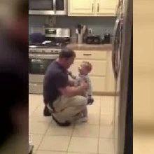 1岁孩子不满被爸爸打屁股,张口吵架!最后一幕太暖心了...