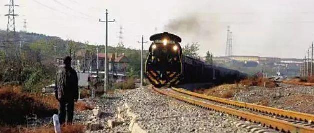 79岁大爷一路狂奔,成功救下一辆火车!