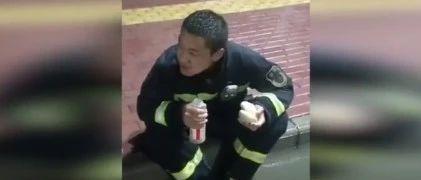 """吞下11��包子的消防�T上�崴眩∮幸环N�叫""""快吃,出警了!"""""""