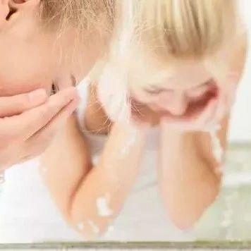 【健康?#30475;?#35823;的洗脸方法,在一点点毁掉你的脸