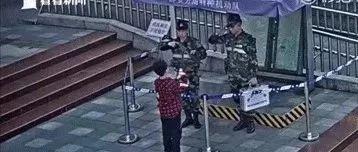 7岁男孩为执勤武警送牛奶,被拒后他鼓起勇气这样做……