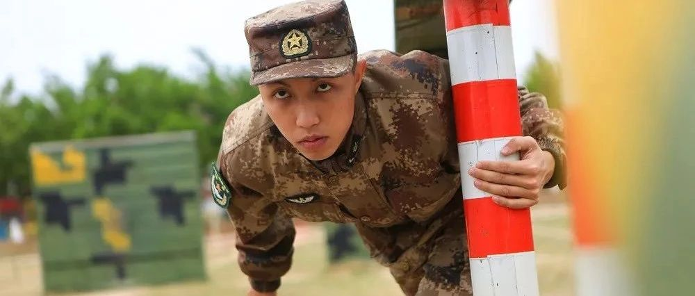 汶川地震中被救下的小男孩,做出了�@���x�瘛�