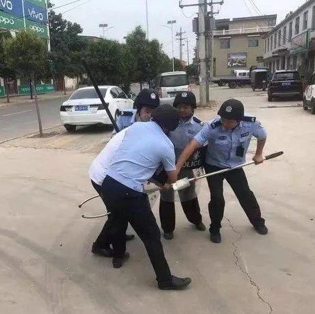 长葛市公安局石象派出所组织开展反恐防暴演练