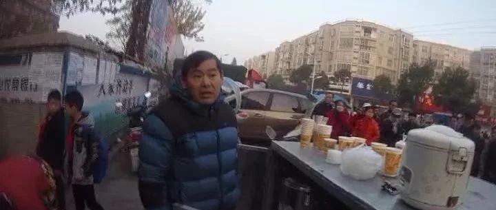 光山一商户因在学校门前占道经营并阻碍执法被行政拘留