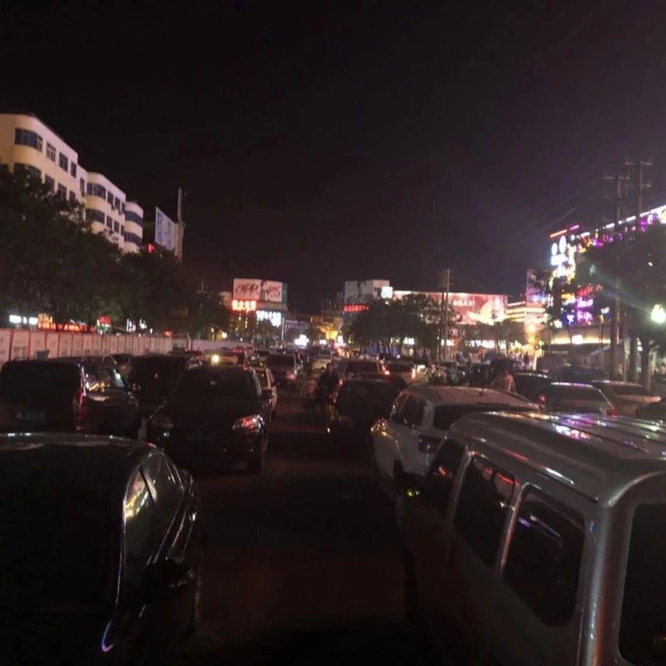 这文化路,修的是大型露天免费停车场吗?!