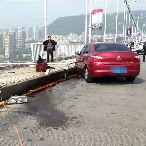 与逆行轿车相撞,重庆一公交车冲出大桥坠落60米沉入长江