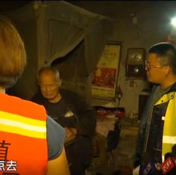 广饶:现场直击村镇干部趟水转移群众