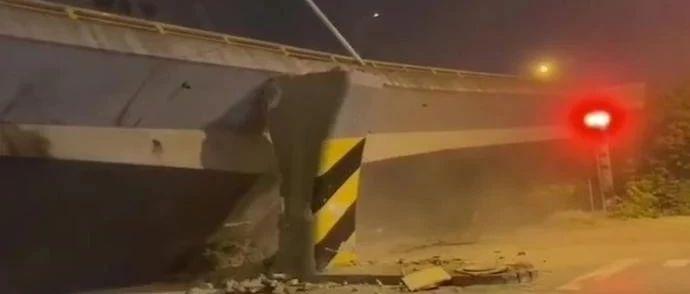 突发!无锡跨桥垮塌,事发时一严重超载货车在桥上行驶,可能为桥梁垮塌的直接原因。