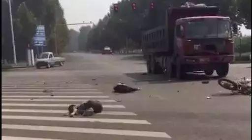 洪洞滨河路又出事故!一辆大车与摩托车相撞!摩托车主当场死亡?!
