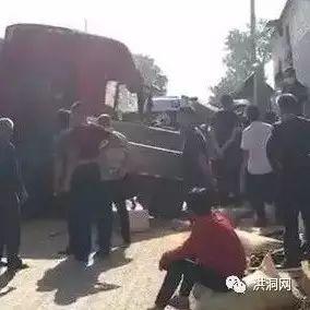 洪洞赵克路发生一起交通事故,把民房后背都撞塌了……