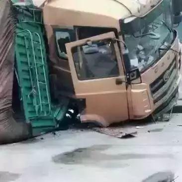 洪洞二级路发生一起车祸事故,一车侧翻在路边!