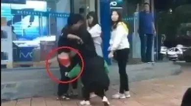 七夕节洪洞街头多名青年男女殴打一个女孩,甚至...