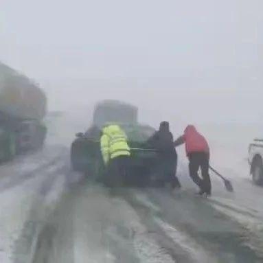 国道215线当金山路段从13日下午开始降雪吹风能见度不足5米