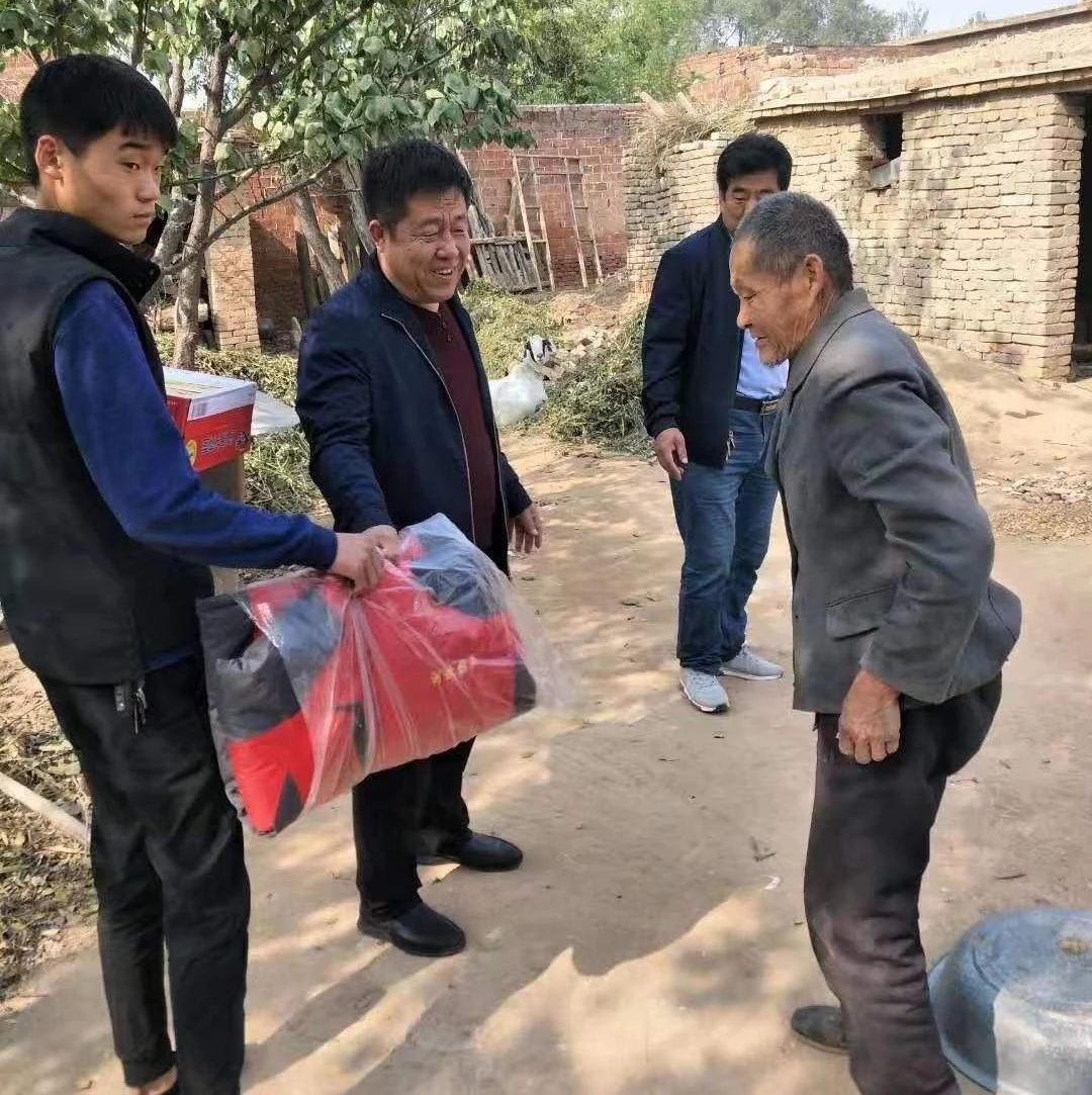 党员杨树国不忘初心助力扶贫,为王官庄镇五保户及困难群众捐赠500件棉衣