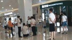 视频!保洁阿姨商场内给顾客下跪,竟是因……网友炸了锅!