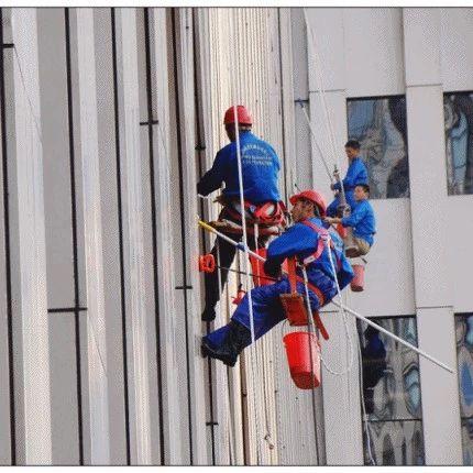 装修工人正在16楼作业,安全绳突然被人割断!原因让人气愤