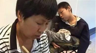 心酸!南溪这位53岁母亲为救16岁脑瘫儿,地下通道卖泥人.....