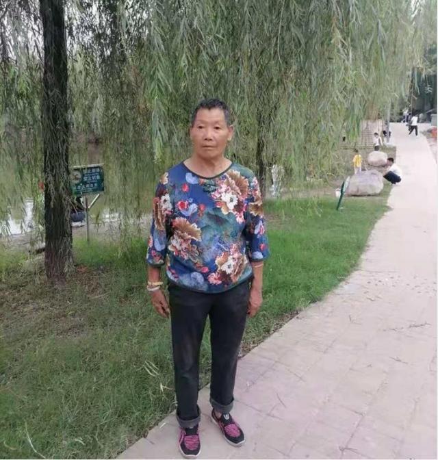新郑市七旬老太走失,患轻微精神分裂症,戴黑色帽子,穿黑色外套