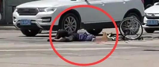 痛心!吴川振文路口发生车祸,一老人不幸被碾压当场身亡....