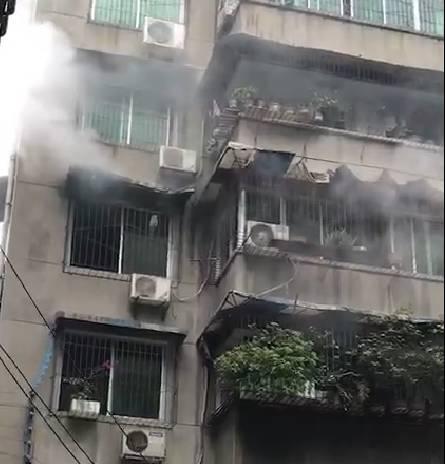 今天下去夹江人和居小区发生火灾,原来是因为这...
