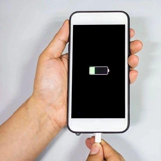 手机充电先插手机,还是电源?充满先拔哪个?区别竟这么大!