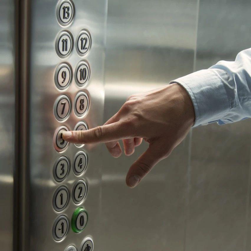 坐电梯时突然停电怎么办?会掉下去吗?科学的解释来了,辛集人学起来!