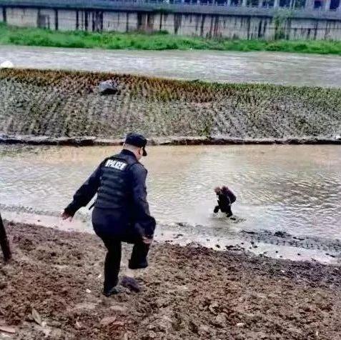 十堰老人滑入河中!危急时刻,他们飞奔而来……