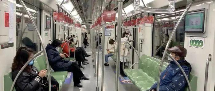 今天起地铁内禁止进食!奶茶、矿泉水可以喝吗?