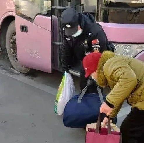 潢川汽车站转盘处两男子因汽车票价发生争吵,幸好...