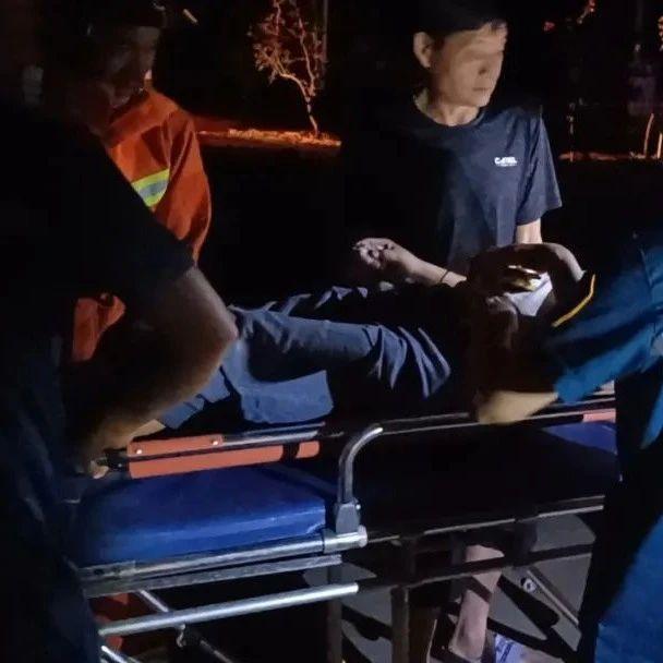 紧急救援!凌晨,潢川邻县发生车祸,司机被困...