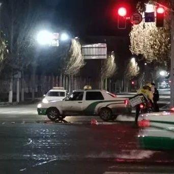 【城事】凌晨澳门金沙城中心外卖小哥闯红灯撞上出租车,倒地后竟爬起去......