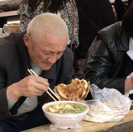 """长葛南席镇这一30多年的""""美食街""""热闹非凡!"""