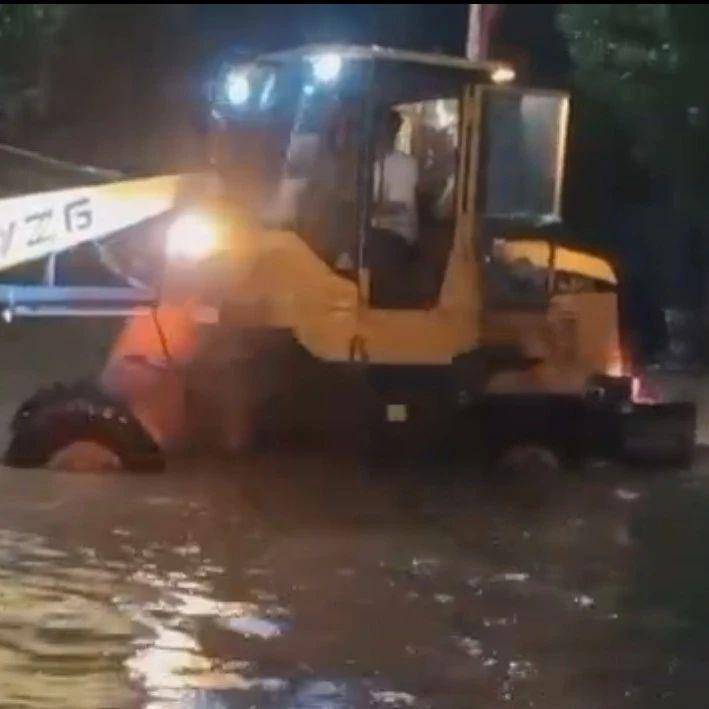 """紧急救援!一场大雨,大周8辆汽车""""陷""""进水里……"""