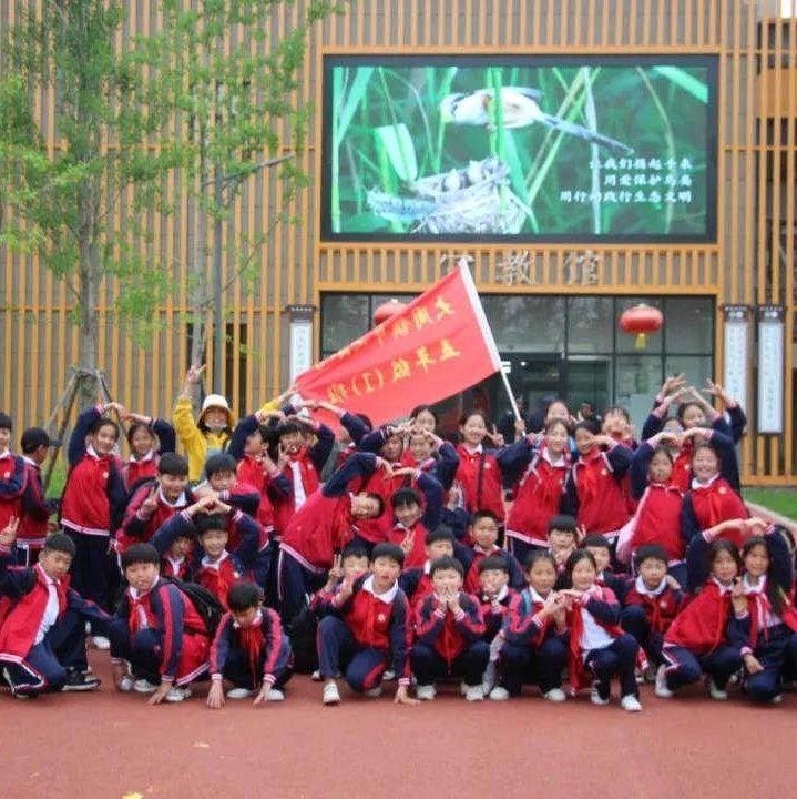 长葛大周这1300多名小学生扛着红旗走了14里地……