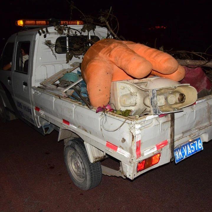 9月14日晚上,长葛出动近100人对这13个社区清运杂物、垃圾40余车!